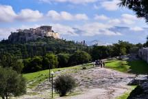 Blick von der Pnyx auf die Akropolis: hier fanden fast zwei Jahrhunderte lang die Volksversammlungen der Athener statt (Bild: George E. Koronaios, CC BY-SA 4.0, bit.ly/3ixpAZK)
