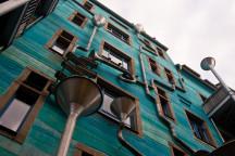 Künstlerisch gestaltete Fassade in der Dresdner Neustadt