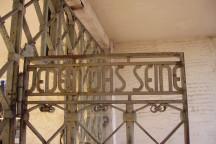 """Aufschrift """"Jedem das Seine"""" auf dem Tor zum Konzentrationslager Buchenwald."""