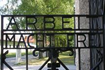 """Tor mit der Aufschrift """"Arbeit macht frei"""" im Konzentrationslager Dachau. Foto (unbearbeitet): www.flickr.com/photos/jonk/"""