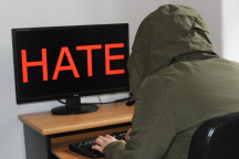 Hate Speech - Person am Comupter
