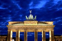 Das Brandenburger Tor in Berlin bei Nacht.