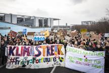 Fridays For Future - Jugendliche demonstrieren und streiken für die Klimapolitik (© Jörg Farys / Fridays for Future; unter Creative Commons Lizenz: https://creativecommons.org/licenses/by/2.0/deed.en)