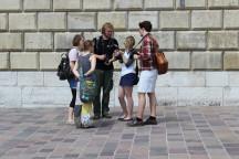 Junge Menschen auf einer Bildungsfahrt nach Krakau und Aushwitz