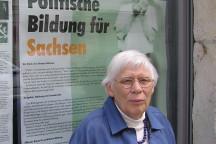Greta Wehner vor dem Schaufenster unseres Bildungswerkes