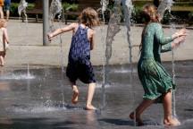 Kinder spielen am Springbrungen