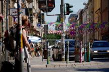 Blick in die mit Wimpel geschmückte Louisenstraße