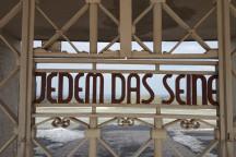 """Gedenkstätte Buchenwald Tor Inschrift """"Jedem das Seine"""""""
